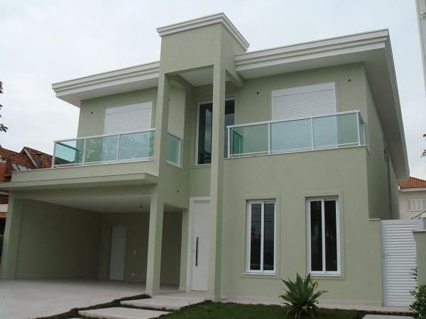 Casa quadrada: fachada verde claro com portas e janelas brancas (projeto: Fernanda Fernandes Pereira Bazhu)