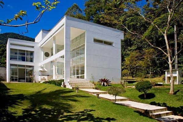 Casa quadrada: fachada lateral com escadaria (projeto: BPA Arquitetura)