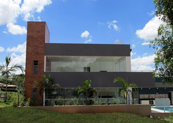 Casa quadrada: fachada moderna com balcão cinza (projeto: Mutabile Arquitetura e Design Gráfico)