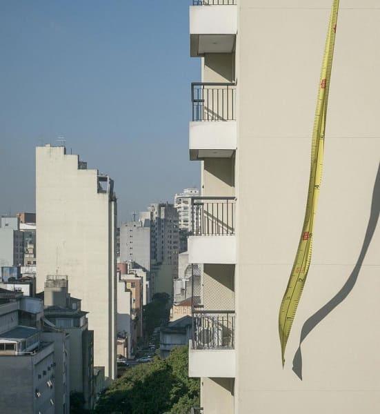 Intervenção Urbana: Escala Urbana - Nitsche Projetos Visuais - Trena sobre um prédio