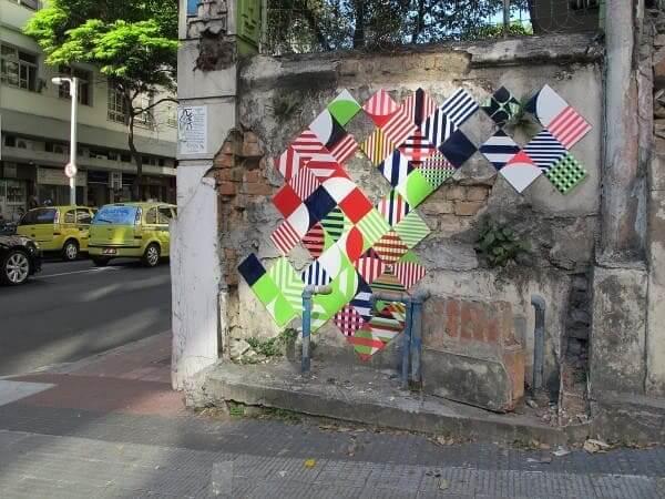 Intervenção urbana: parede com azulejos coloridos no Rio de Janeiro