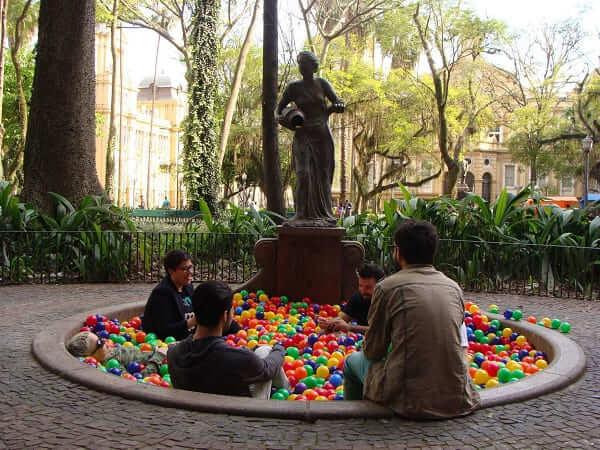 Intervenção Urbana: Piscina de Bolinha na Praça da Alfândega - Sandro Ka