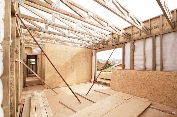 Wood frame: preenchimento das paredes com isolante térmico