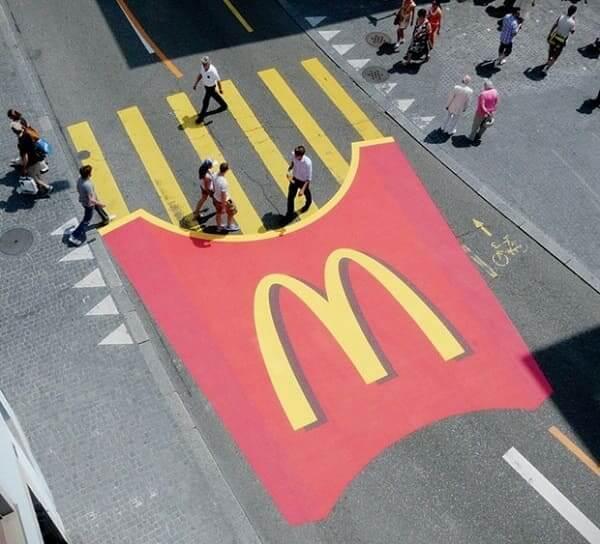 Intervenção Urbana: pintura de batata do McDonald's em faixa de pedestre