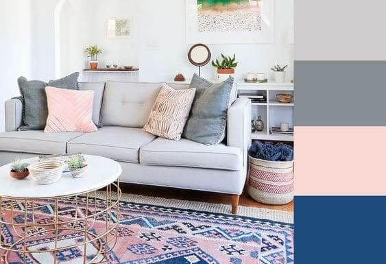 Mistura de cores: paleta de tons neutros e azul escuro para sala de estar