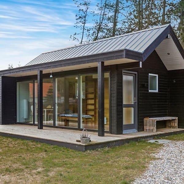 Wood frame: casa com fachada preta e janela de vidro (@degoesconstruction.brasil)