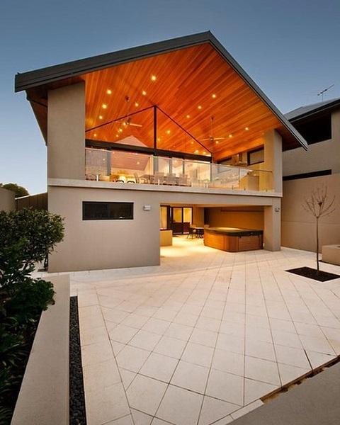 Wood frame: casa de dois andares com pé direito alto (fonte: @degoesconstruction.brasil)