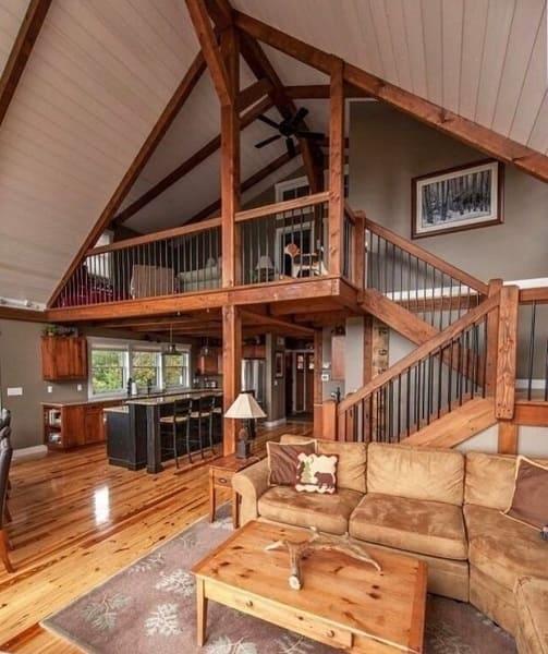Wood frame: interior de casa com piso de madeira e paredes revestidas com tinta (fonte: @degoesconstruction.brasil)