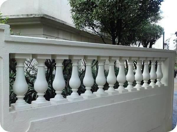 Balaústre de concreto pintado de branco