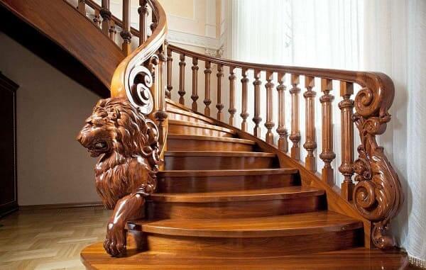 Balaústre de madeira com leão esculpido