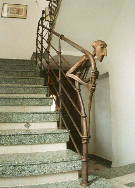 Balaústre de madeira com personagem esculpido