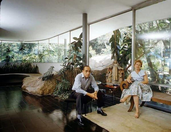 """Arquitetura do Brasil, representada por Brasília, é """"melancólica, feia e desumana"""" Casa-das-Canoas-Oscar-Niemeyer-e-esposa-1"""