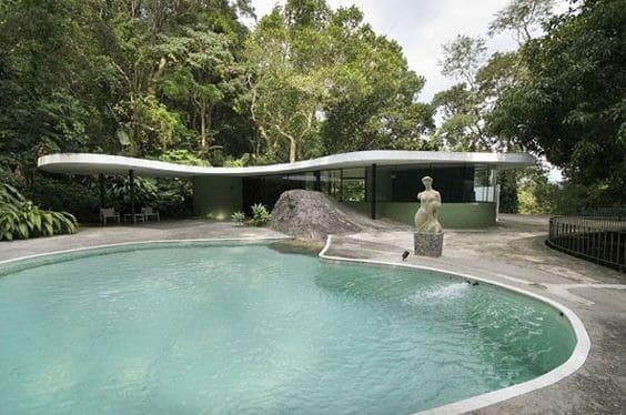 """Arquitetura do Brasil, representada por Brasília, é """"melancólica, feia e desumana"""" Casa-das-Canoas-piscina"""