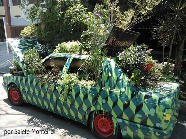 Hortas Urbanas: horta urbana em carro abandonado