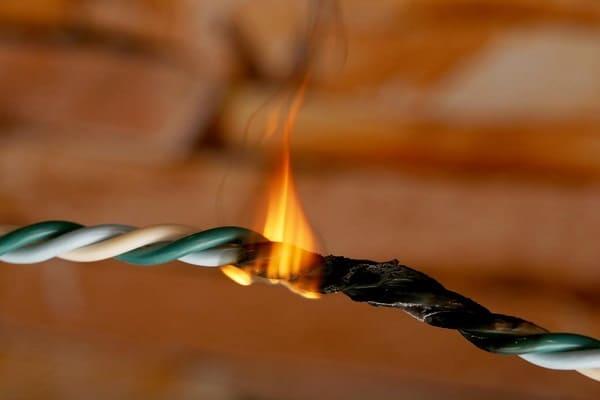 Instalação elétrica: disjuntor sobrecarregado pode causar acidentes