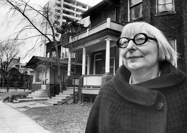 Jane Jacobs em frente sua casa em Toronto