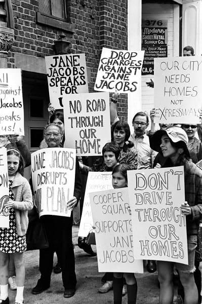 Jane Jacobs: pessoas em manifestação contra o elevado em Manhattan