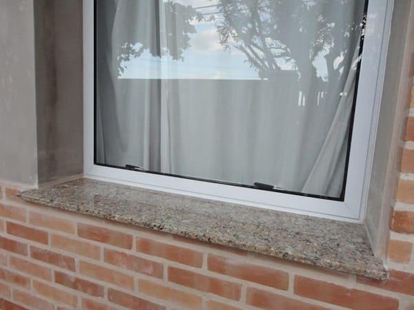 Peitoril de mármore na parte externa da janela