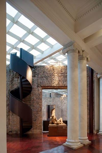 Pinacoteca: escada e coluna jônica