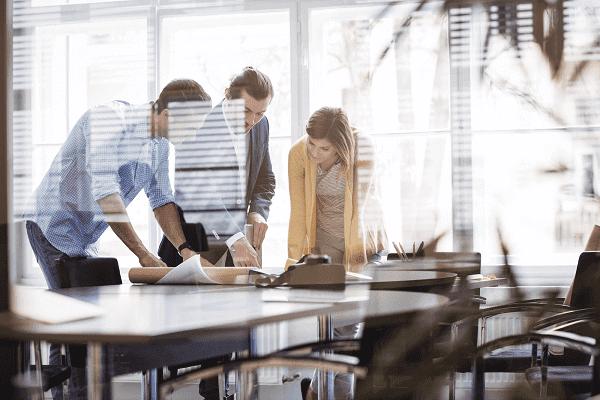 Métricas para escritório de arquitetura: Profissionais em sala de reunião discutindo sobre projeto (fonte: adobestock)