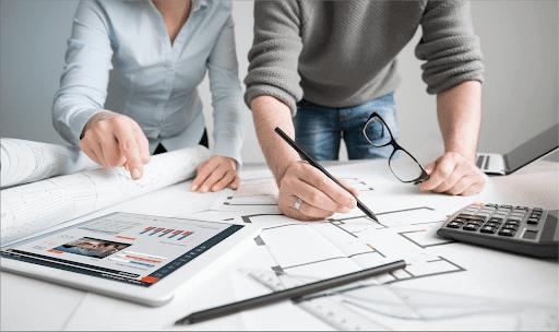Métricas para escritório de arquitetura: Profissionais realizando o controle de obras por meio do uso de softwares online (fonte: adobestock)