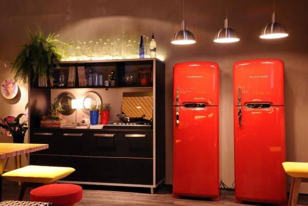 Decoração de cozinha planejada com geladeira retrô da direto na loja