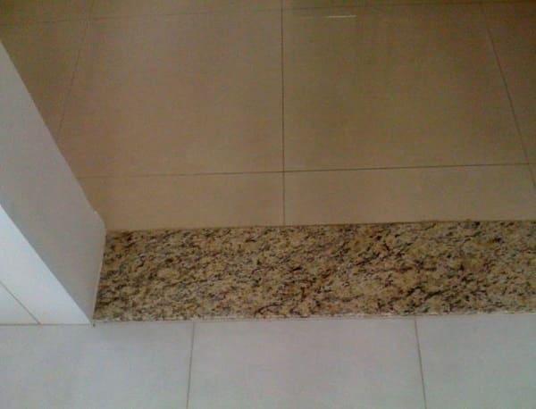 Soleira de granito com tom semelhante ao piso