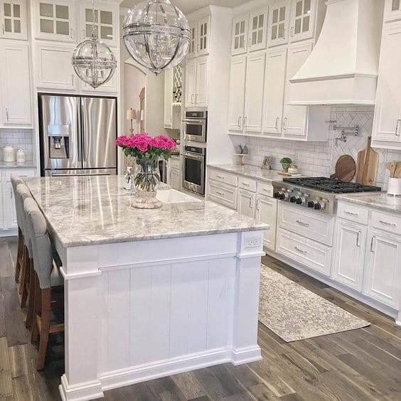 Balcão de mármore branco em decoração clássica