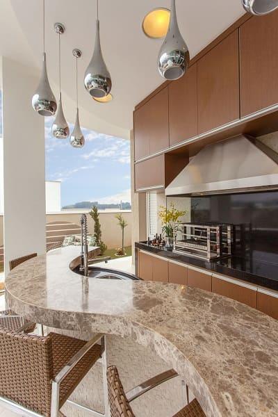 Churrasqueira com balcão de mármore curvo (projeto: Iara Kilaris)