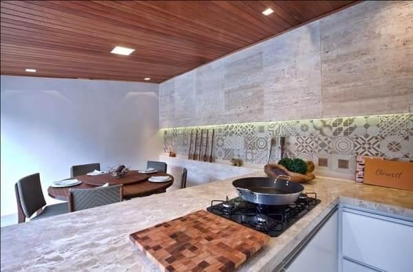 Balcão de mármore com cooktop (projeto: André Lenza)