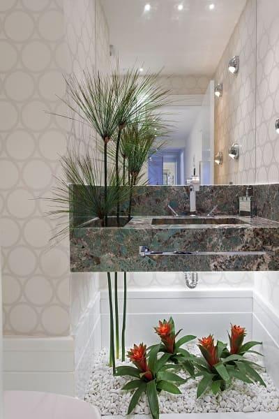 Balcão de mármore com plantas (projeto: Iara Kilaris)