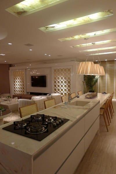 Balcão de mármore branco com pia e cooktop (projeto: Anna Maya & Anderson Schussler)