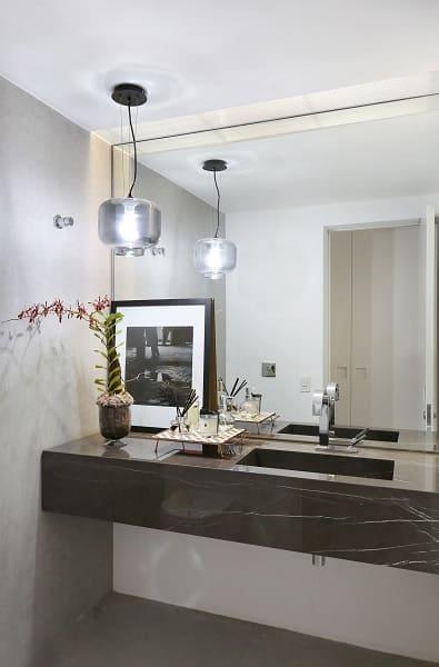 Balcão de mármore escuro e parede espelhada (projeto: Elen Saravalli)