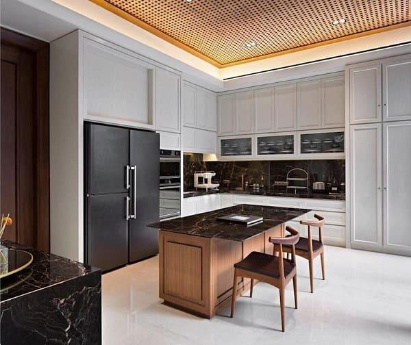 Balcão de mármore escuro e refrigerador preto (foto: Revista Viva Decora)