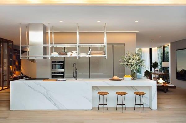 Balcão de mármore na cozinha: cozinha integrada e ampla (projeto: Cosentino)