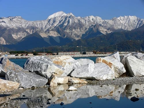 Balcão de mármore: província de Carrara, na Itália, onde é extraído o mármore de mesmo nome