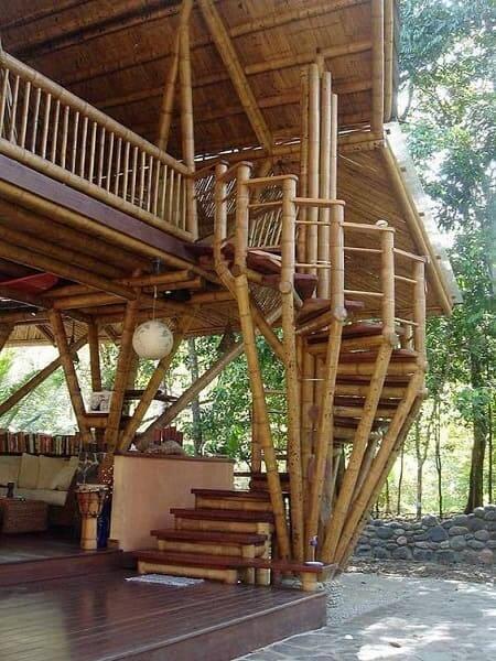 Casa de bambu: bambu pode ser utilizado como apoio de escada ou guarda-corpo