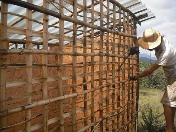 Casa de Bambu: bioconstrução com trama de bambu a pique (foto: guiadepermacultura.com.br)