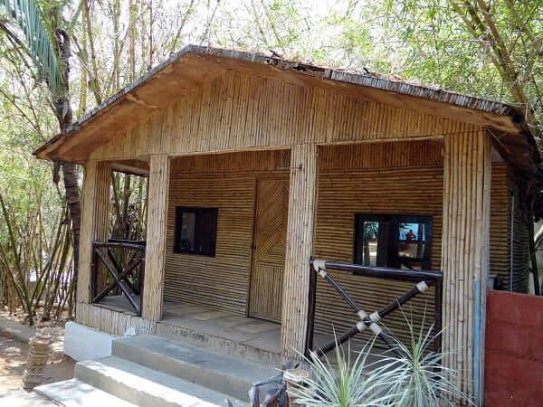 Casa de bambu: cabana de bambu com telhado de duas águas