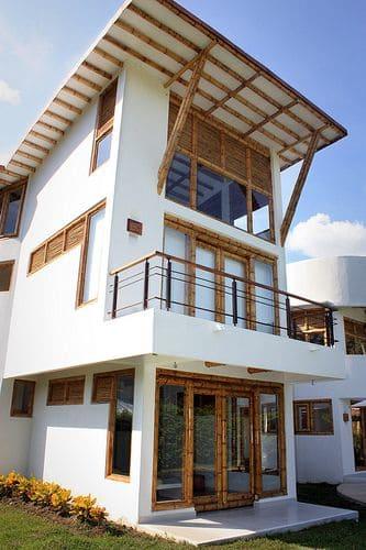 Casa de Bambu: portas e apoio de cobertura de bambu trazem clima praiano