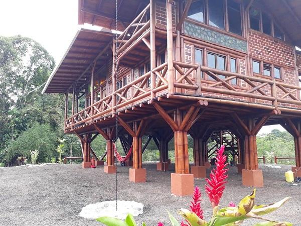Casa de bambu com parede de alvenaria