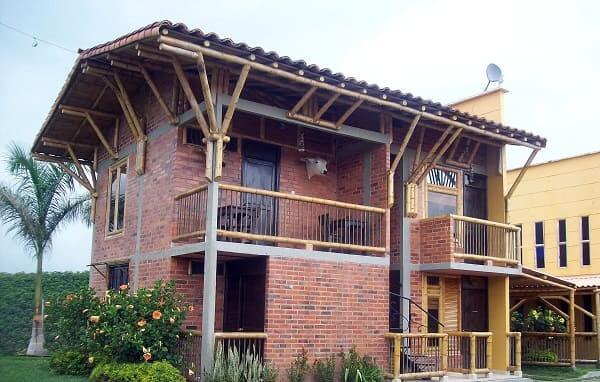 Casa de bambu: guarda-corpo e vigas de bambu