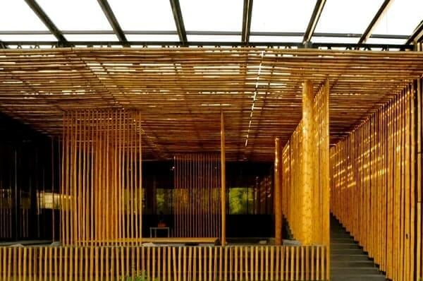 Casa de bambu: material usado nas divisórias internas (foto: Larry Speck)