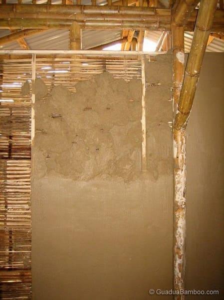 Casa de bambu: parede com bambu e adobe