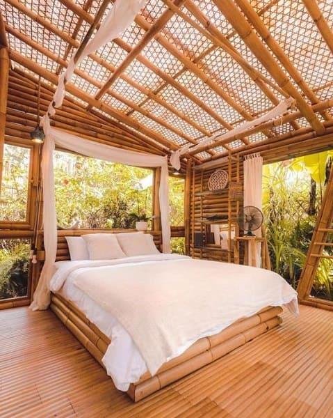 Casa de bambu: quarto integrado com a natureza