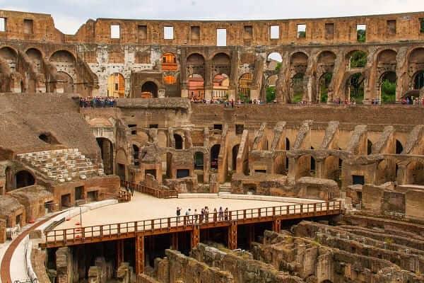 Coliseu de Roma: corredores e arena descobertos