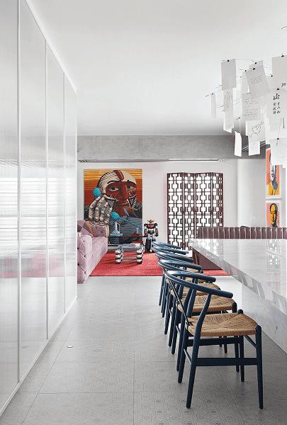 Guilherme Torres: AU House - sala de estar e bancada de mármore e cadeiras azuis