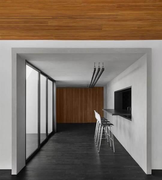 Guilherme Torres: MV House - piso de ardósia e parede de madeira