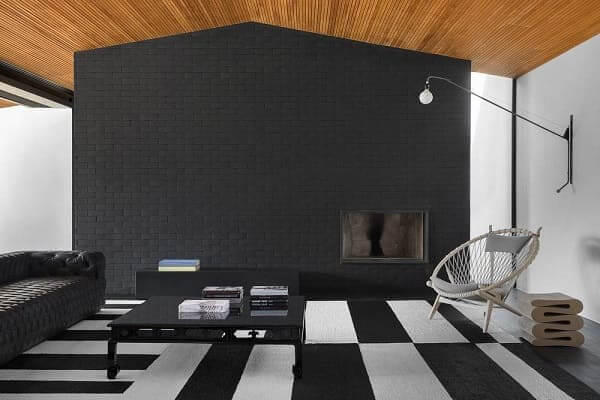 Guilherme Torres: MV House - sala de estar com tijolinho preto