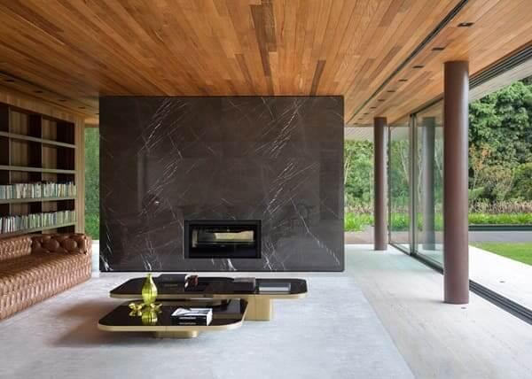 Guilherme Torres: PA House - sala de estar com parede de mármore